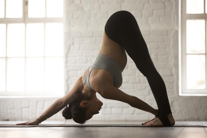 S'étirer les muscles au yoga