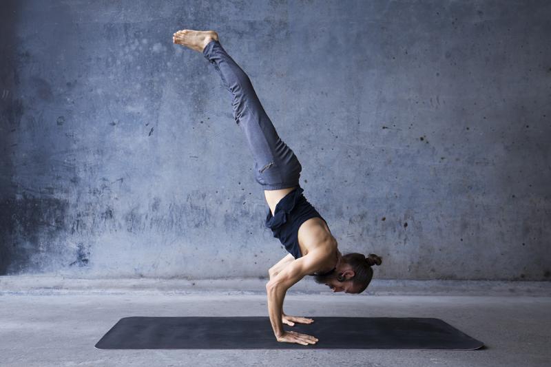 Yoga postures hommes