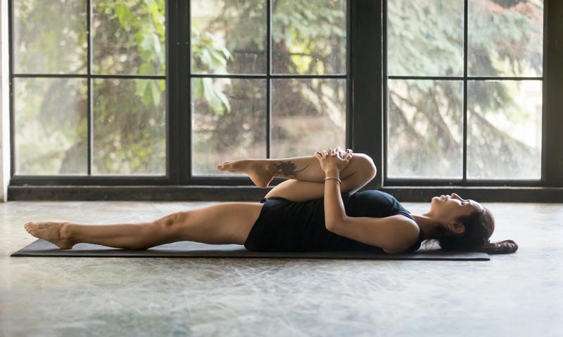 Les postures de yoga recommandées pour soulager le mal de genou