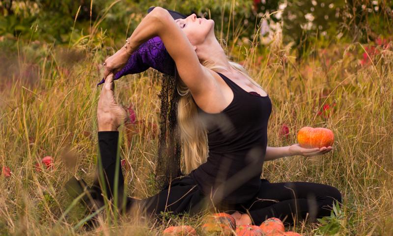 5 poses de yoga inspirées d'Halloween
