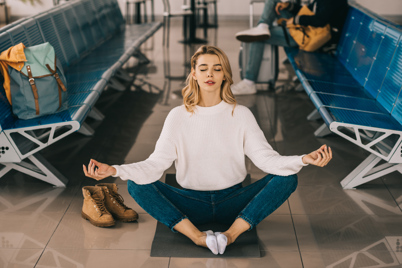Yoga à l'aéroport : 5 exercices à faire partout